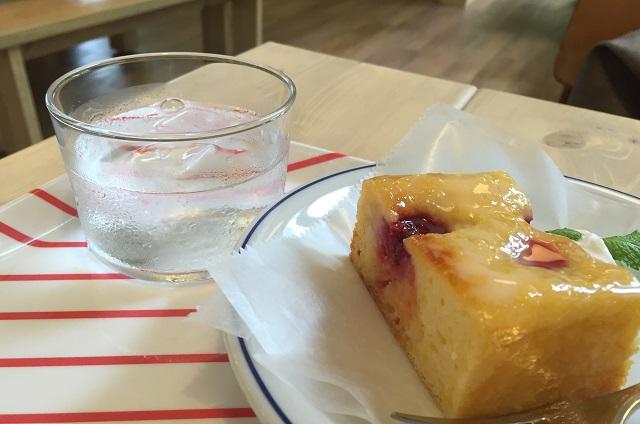 キルシッカプーのケーキとお水のグラスIMG_7968