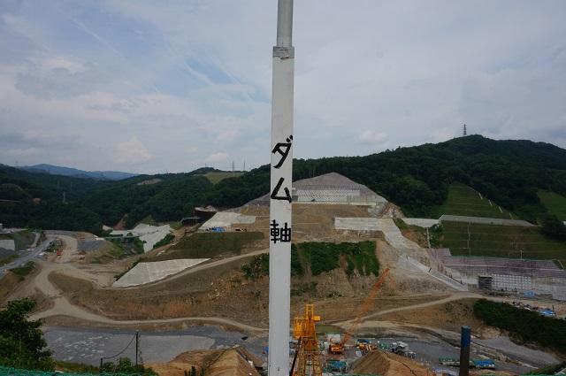 0717安威川ダムのダム軸縦の棒DSC07826