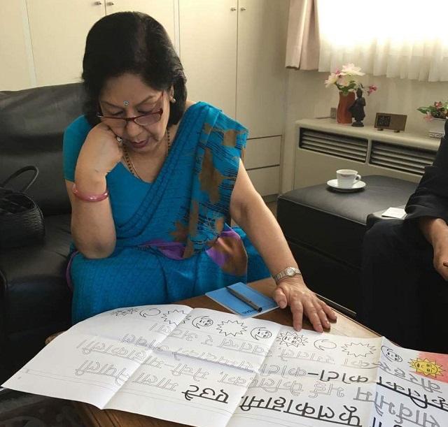 ネパール大使がデザインを見るIMG_7550
