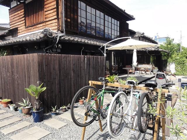 カフェ百花の外に自転車