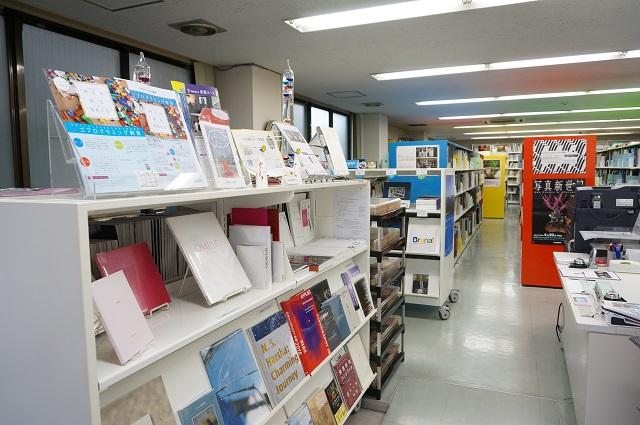 国際メディア図書館入口から館内DSC07759