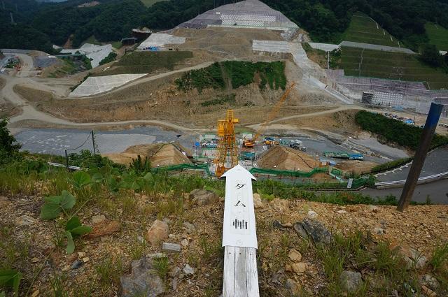 0717安威川ダムのダム軸矢印でDSC07828