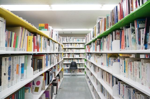 国際メディア図書館内のイスDSC07767