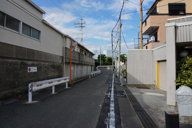 阪急総持寺駅そば格安切符自販機から北のほうDSC08426