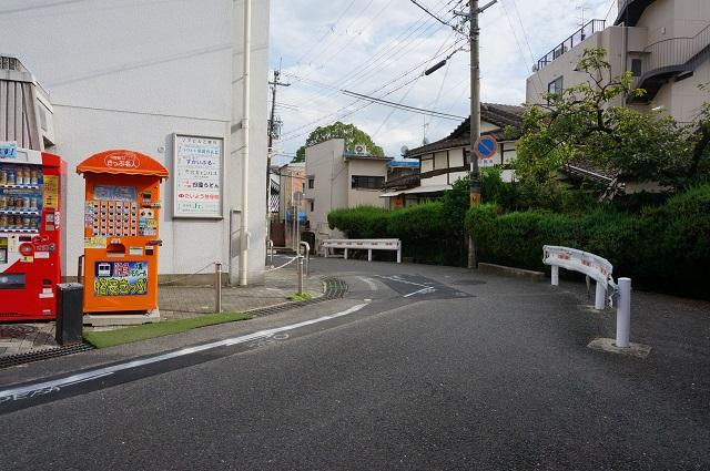 阪急総持寺そばの格安切符自販機の向こうが駅方面DSC08425