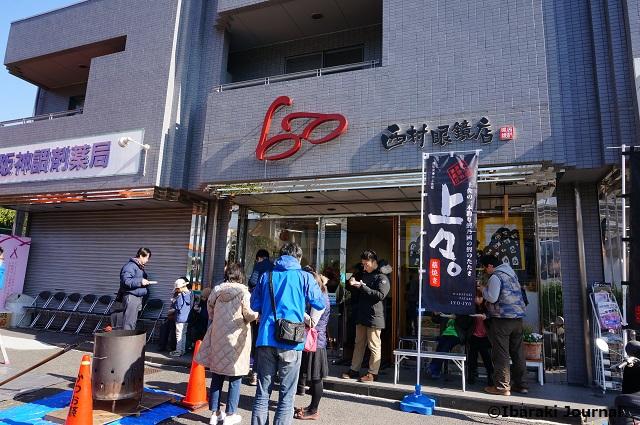 西村眼鏡店かつおわら焼きを食べてるところDSC00211