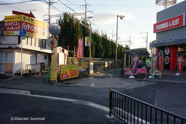 阪急総持寺のほうの駐車場入り口DSC01008