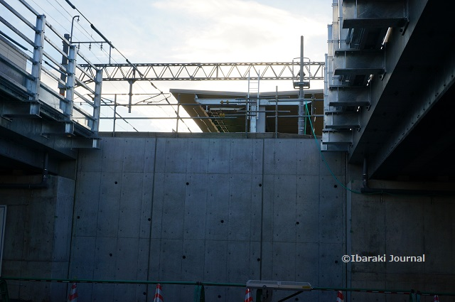 JR総持寺高架からホームの屋根DSC00982