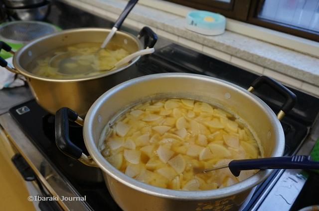 子ども食堂で煮物の鍋DSC01732