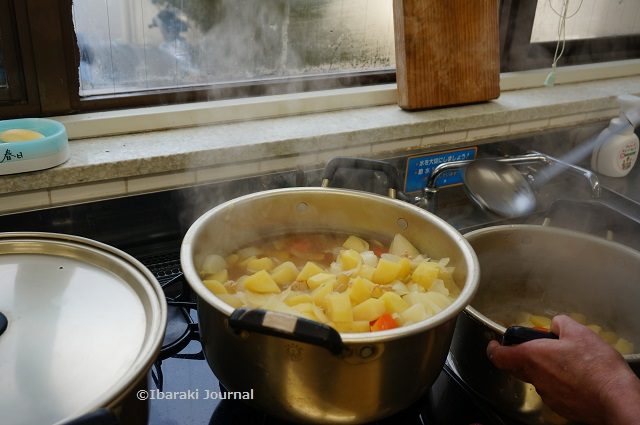 子ども食堂で煮物の調理DSC01720