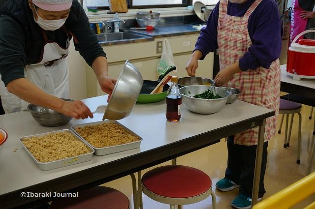 子ども食堂で調理中DSC01725