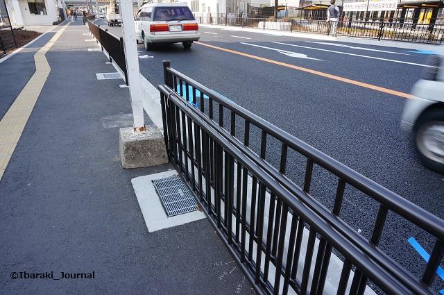 9近鉄バス総持寺口バス停の柵DSC01925