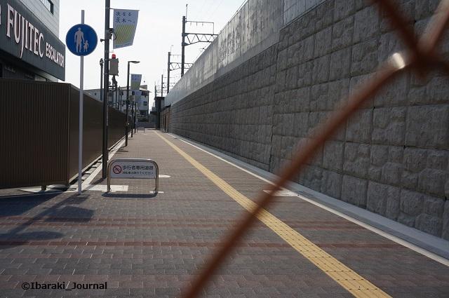 19JR総持寺駅までの歩道DSC01942