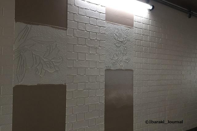 0308JR高架壁面の絵色塗りまだIMG_1867