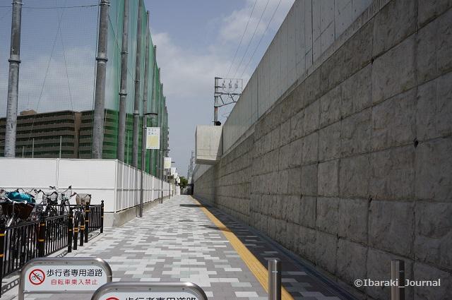 JR総持寺駅北側側道DSC03836