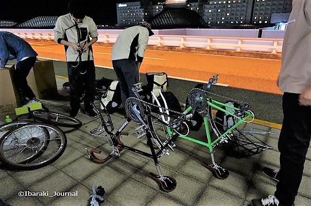 1-2チームアラスカ自転車分解中DSC03525