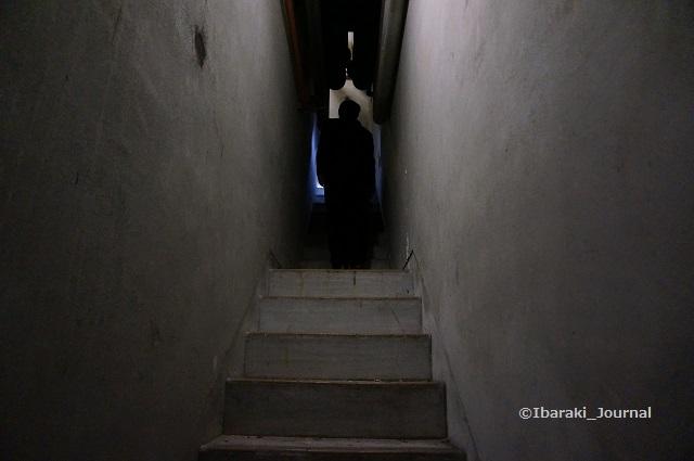 33市民会館細い階段DSC04004