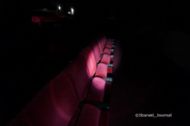 42市民会館舞台客席のイスDSC04036