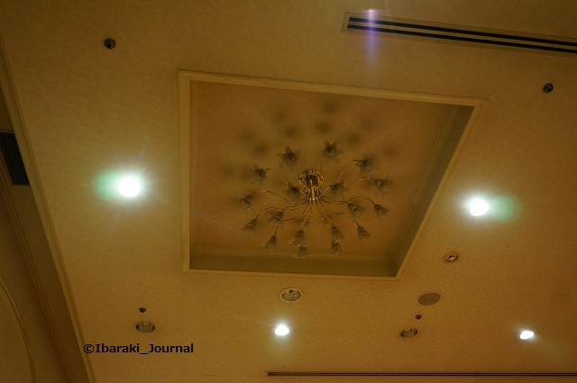 3市民会館ホール天井の照明DSC03913