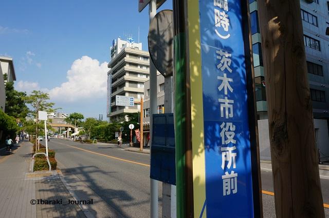 茨木市役所前バス停と市役所DSC05644