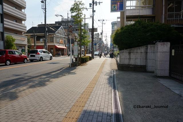 茨木市役所バス停が養精中そばへDSC05634