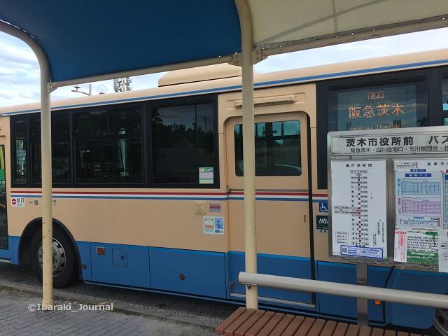 バス停で阪急バスダイヤお知らせIMG_3827