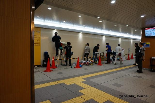 0930JR総持寺駅で作品展示言えれ替え作業1DSC06639