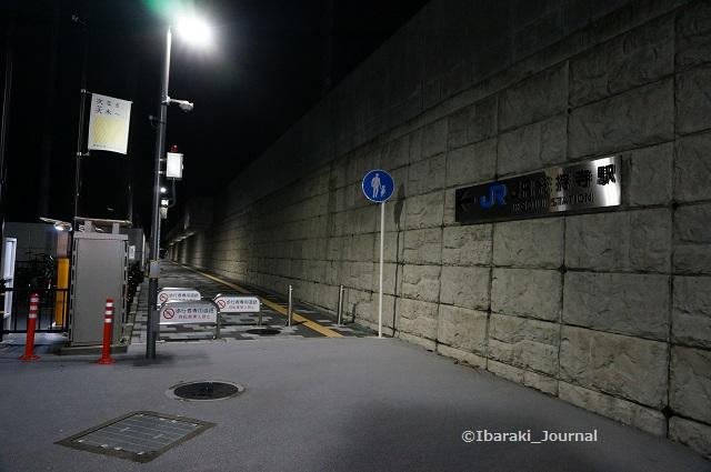 JR総持寺駅への歩道夜の様子DSC06715