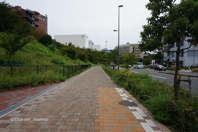 8彩都西駅交差点から坂を下るDSC06456