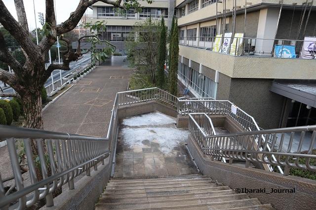0127市役所歩道橋の階段IMG_8306