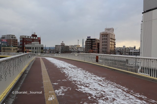 0127JR茨木西歩道橋に雪IMG_8328