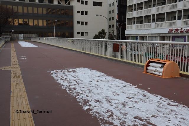 0127JR茨木西側歩道橋で融雪剤IMG_8333