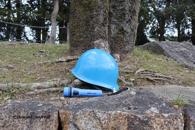 ヘルメットと懐中電灯IMG_8583