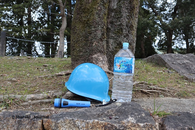 ヘルメットと懐中電灯と水IMG_8585