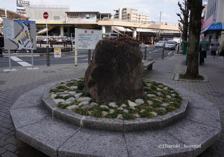 2017年3月JR茨木駅前の石DSC04989
