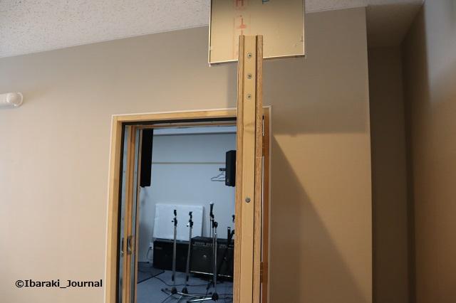 スタジオの扉の厚みIMG_9606