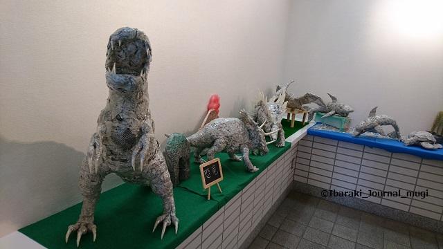 新聞アート恐竜