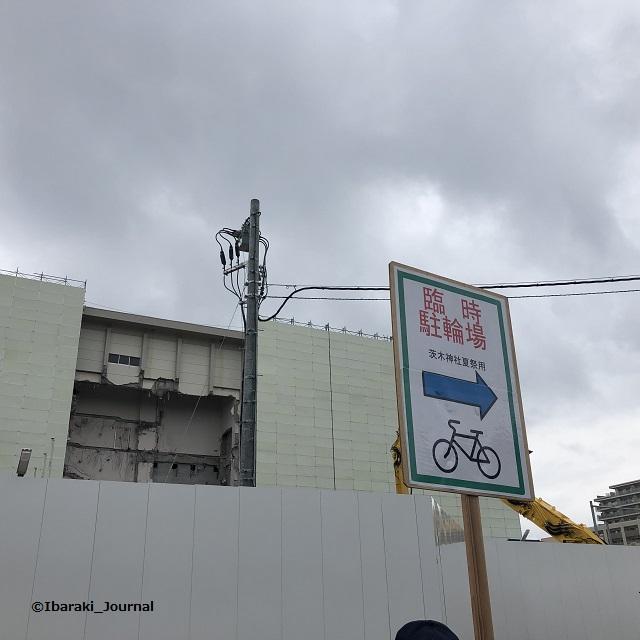 茨木神社の駐輪所はグラウンドIMG_8335