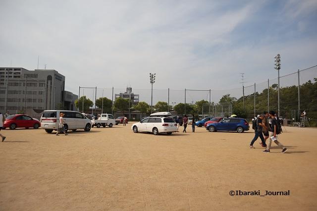 5月のハブイバラキ突然の風景グラウンドに車IMG_9873