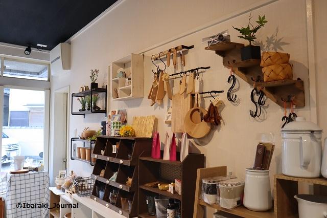 雑貨コンフェール・ヴェール店内から外方向IMG_0331