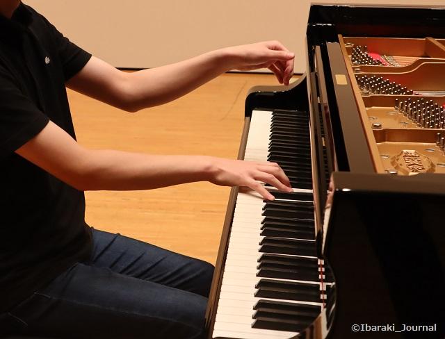 ピアノを弾く芝野さんIMG_0365