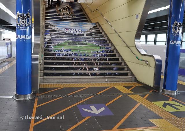 0723万博記念公園駅の階段IMG_3894