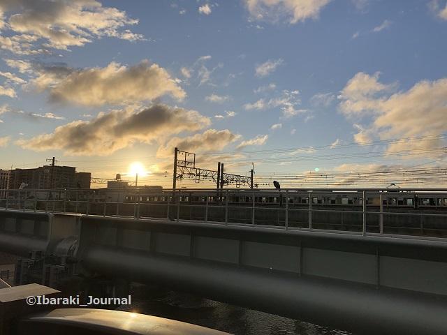 13-0927JR線路向こうに朝日IMG_6892