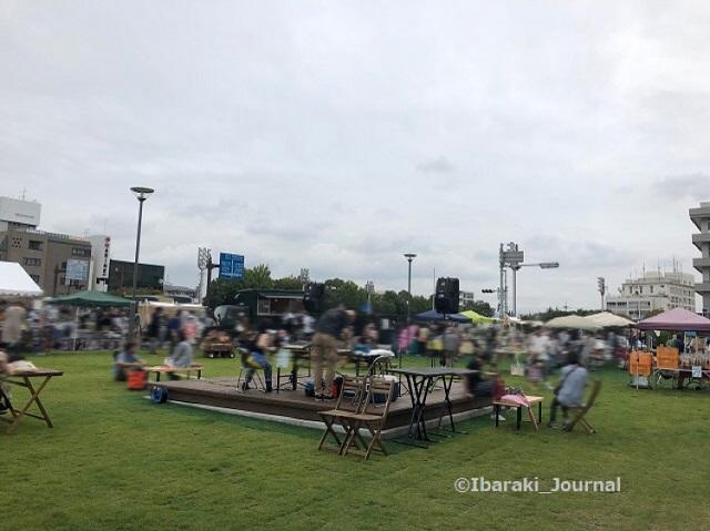 イバラボ芝生広場イベントを奥からIMG_6871