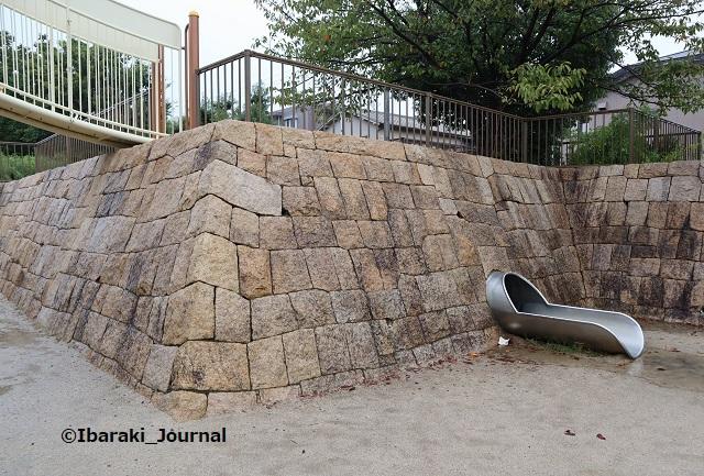6-1008桑田公園石垣のすべり台ななめから見るIMG_5183