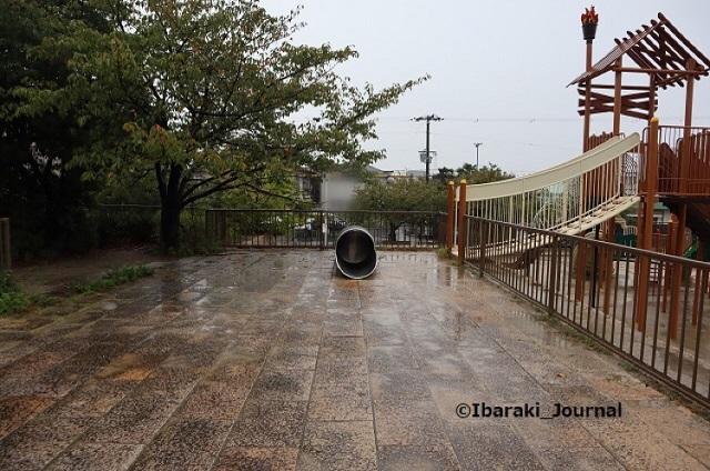 16kk-1008桑田公園石垣上のすべり台IMG_5193
