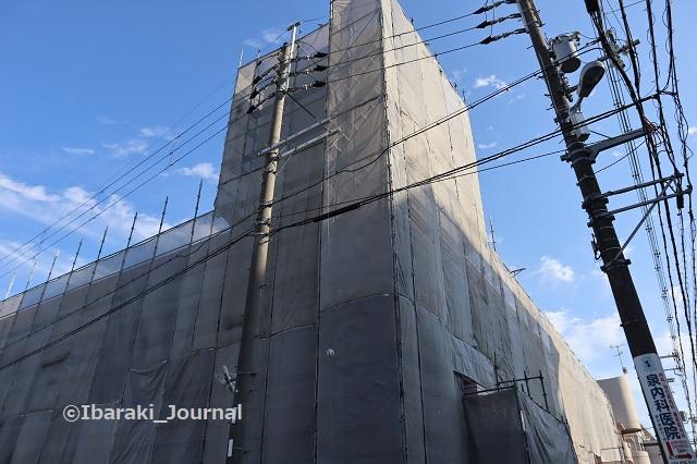 1013ライフ小川の建物下から見るIMG_5336