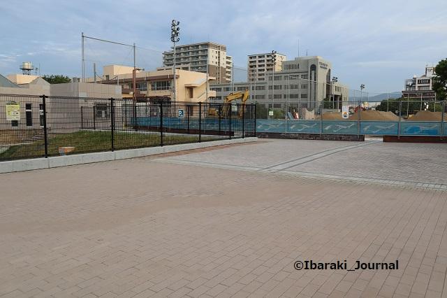 1003噴水広場の駐輪スペースと地面の色違うIMG_5007