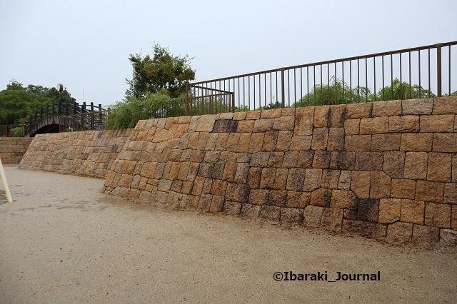 7-1008桑田公園の石垣に沿って歩くIMG_5184