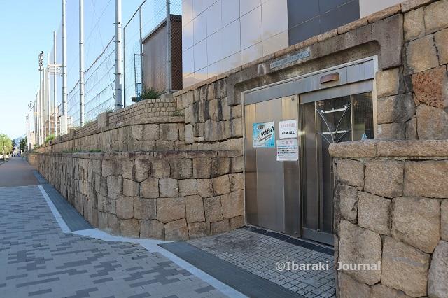 1012-12イバラボ広場へのエレベーターIMG_5292